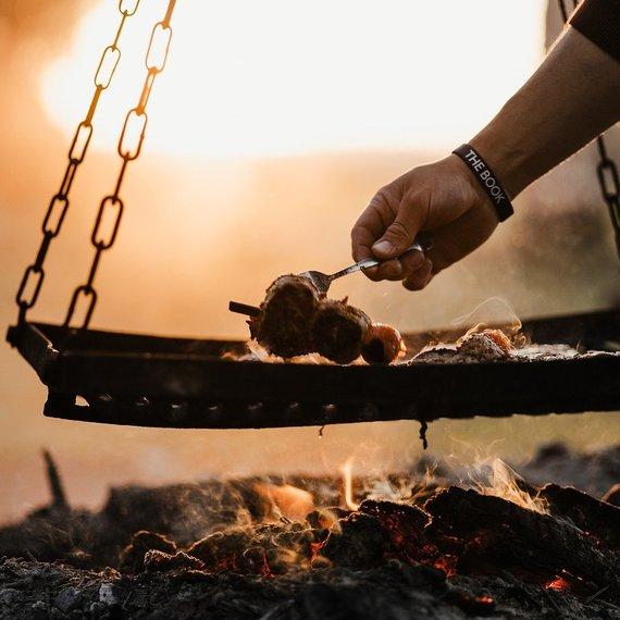 Unser Chief Customer Services & Human Resources Officer Jean-Pierre schmeisst den Grill an / Jean-Pierre allume son barbecue